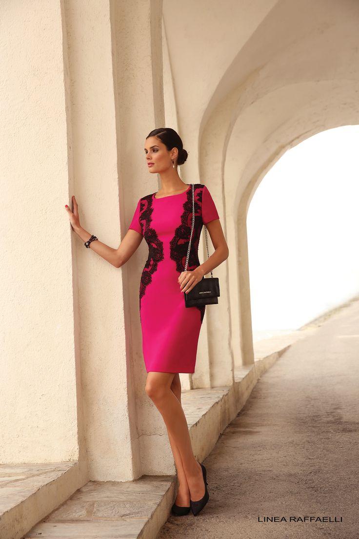 Voor de vrouw die houdt van kleur deze prachtvolle roze jurk. De perfecte belijning van dit rechte model wordt extra geaccentueerd door de twee kanten opzetstukken in de zij.