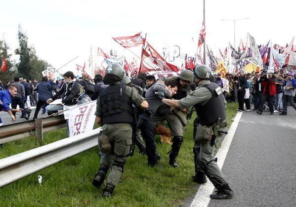 Represión. Paro nacional y protestas en #Argentina, contra el gobierno de Cristina Fernández pic.twitter.com/xyO0MY4FTd