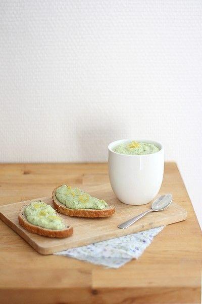 Recette de tartinade de courgettes, fêta et citron  - 600g de courgettes  - 75g de féta  - Le zeste d'un citron  - 1 gousse d'ail  - 1 pincée de piment d'Espelette