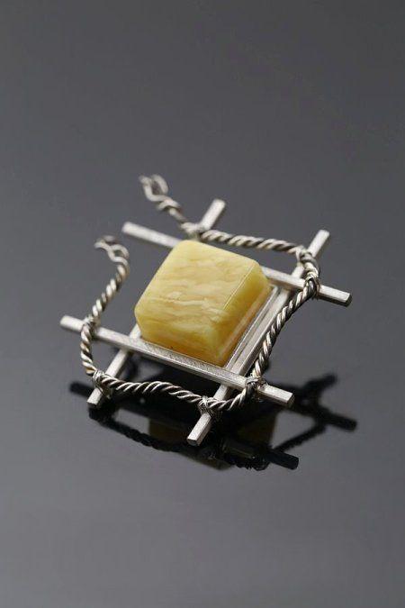 Powiew Wolności – srebrna broszka z bursztynem | Sztuk Kilka | A breath Freedom - silver brooch with amber