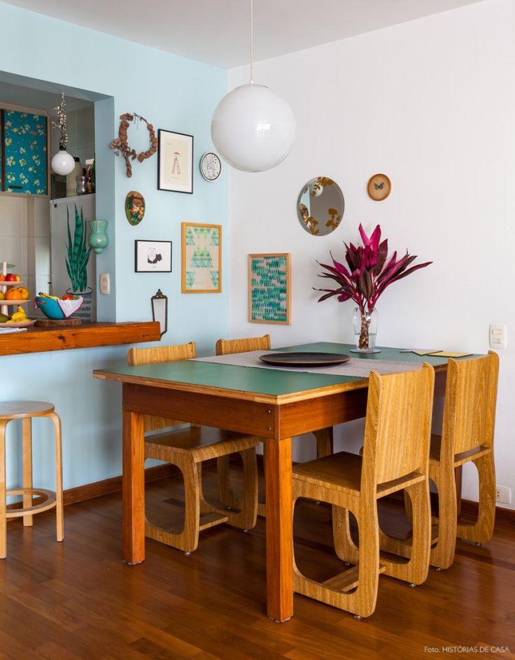 Iluminada e colorida, essa sala de jantar integrada abriga uma pequena galeria com obras feitas pela moradora.