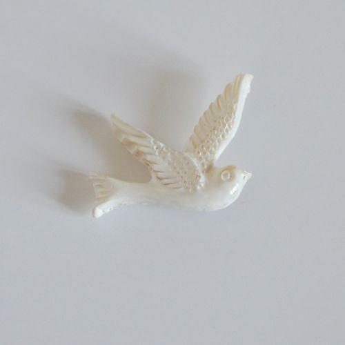 Joli Pin's représentant une Colombe blanche réalisée en pâte polymère puis peinte à la main dans notre atelier. Support Pin's au dos de la Colombe. Accessoire garanti sans nickel.