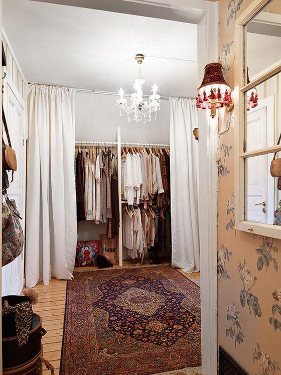 スウェーデンより、エキゾチックな中東のインテリアがミックスされた、北欧デザインのハイセンスなお部屋をご紹介です。 北欧ならではの古い物件に、ペルシャじゅうたんやキラキラしたタイル、モロッコ風のランプなど… 魅力的なインテ …