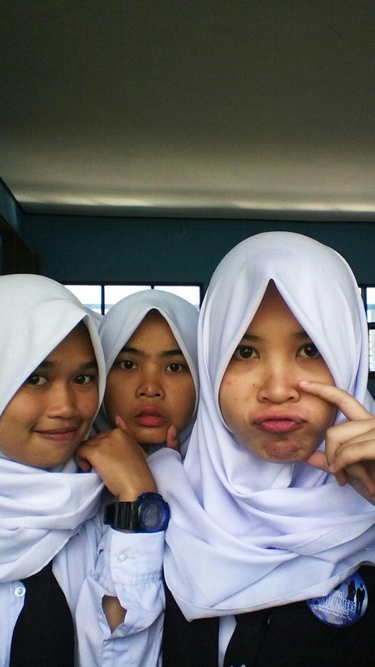 Iis Sriyanti, sri anjani, Ratih, Siti Sarah di Student Transformers SMA PBB Arjasari Bandung Indonesia. Ini dia tiga cewek paling cantik di sekolah.
