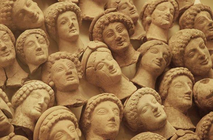 Hipponion, teste in terracotta  provenienti da una stipe votiva ritrovata in località Cofino, nell'area dell'antica Hipponion, VI-V sec. a.C. Museo archeologico di Vibo Valentia