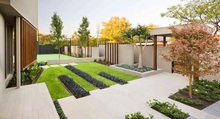 Каждому хозяину хочется создать красивый и оригинальный ландшафтный дизайн двора частного дома. Фото современных дворов, представленные в огромном количестве на информационных сайтах, поражают уникальными элементами ландшафтного дизайна, которые отлично вписываются в общее стилевое решение. Создать такую красоту можно самим, но для этого нужно ознакомиться с правилами, тонкостями и нюансами озеленения и зонирования