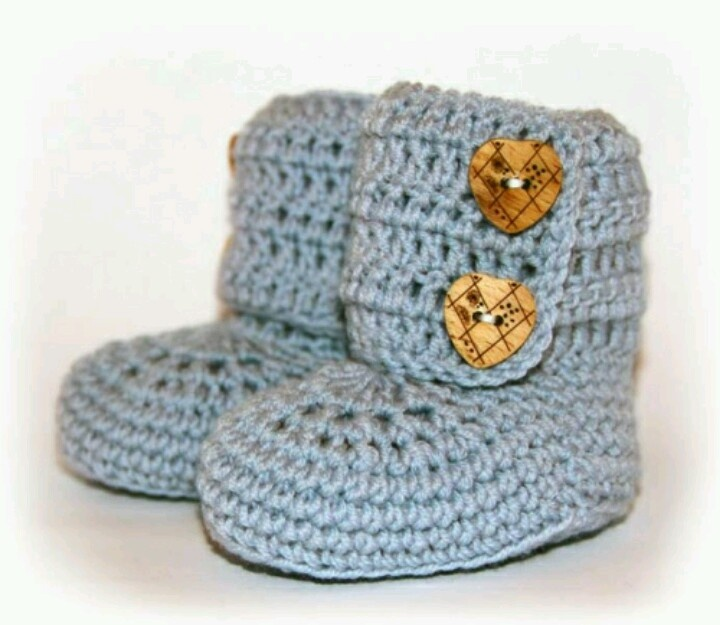 Baby booties - free pattern in Norwegian http://familieoghobby.blogg.no/1312917088_oppskrift_p_babybooti.html