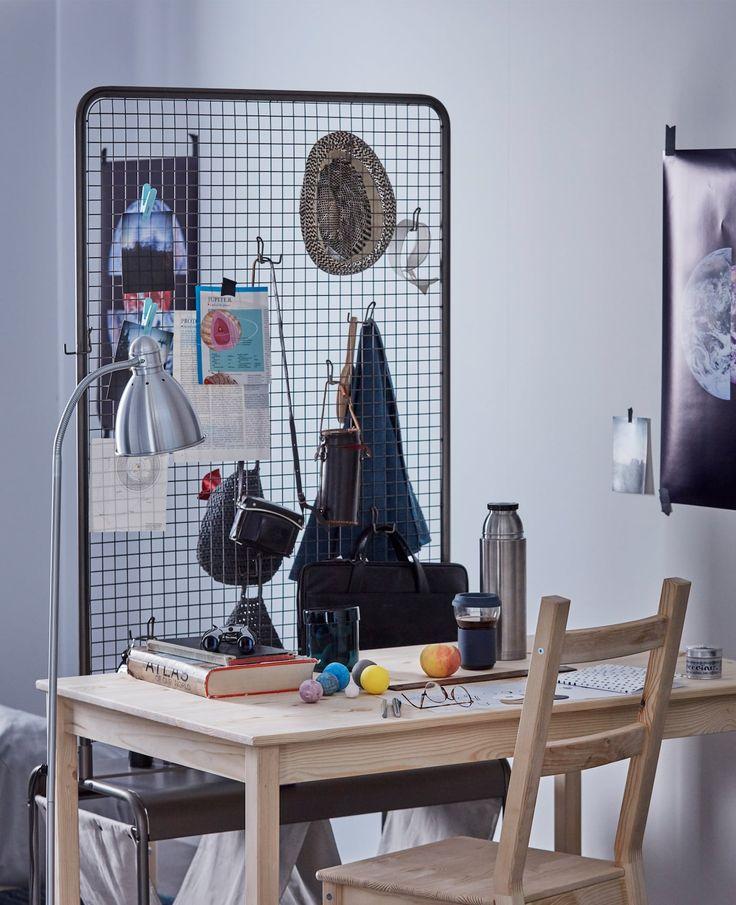 IKEA har massevis av stilige romavdelere til hybelen. Ett eksempel er VEBERÖD skjermvegg, som kan fungere både som innredning og oppbevaringsplass. Den har trådnett og massevis av kroker til å henge opp for eksempel kurver på. Hjulene gjør at du kan trille den hvor du vil.