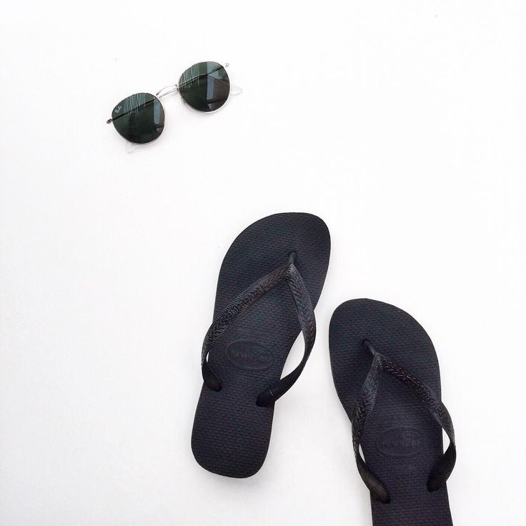 Black Havaianas and Ray-ban classic round sunnies