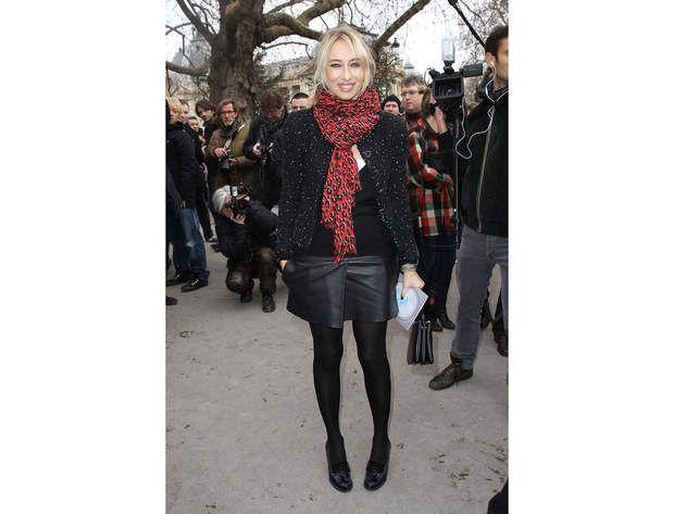 Alexandra Golovanoff : la jupe en (faux) cuirLa grande prêtresse de la mode, Alexandra Golovanoff, nous montre la voie pour porter la jupe en cuir (ou faux cuir) de façon preppy. Pour la touche preppy donc, on a les mocassins à talons. On aime aussi l'idée de l'écharpe imprimé animalier et dans un coloris flashy pour égayer un ensemble total look black. A savoir : la jupe culotte fait son grand retour (ou skort, contraction de