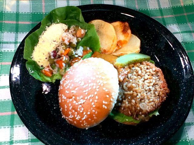 麦ごはんの米粒麦をカレーで和えてコロッケにしました☆  ゴハンなのかパンなのかジャンル不明(笑)  でも美味しいし腹持ち良くて食物繊維たっぷりです。 - 2件のもぐもぐ - 大麦カレーコロッケバーガー by ryoshoku