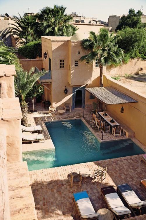 Tener una terraza con piscina muy relajante.  Inspirada en Marruecos.  Moroccan architecture at its finest.