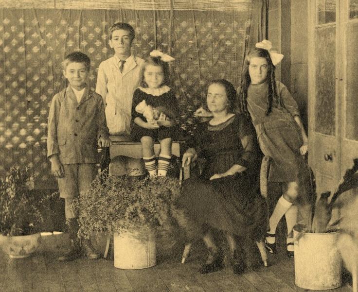 Ca. 1920 McNAMUS Family (Thelma McManus on right).
