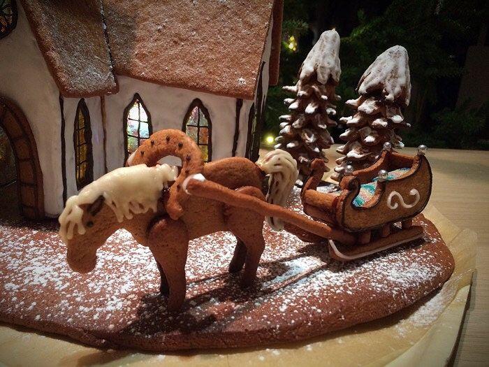 Piparkakkuhevonen ja reki (piparkakkutalo/kirkko) Gingerbread horse and sleigh (gingerbread house/ church)