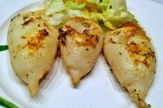 Zu dem gegrillten Calamari - Rezept passen Petersilkartoffel und ein frischer knackiger Salat.
