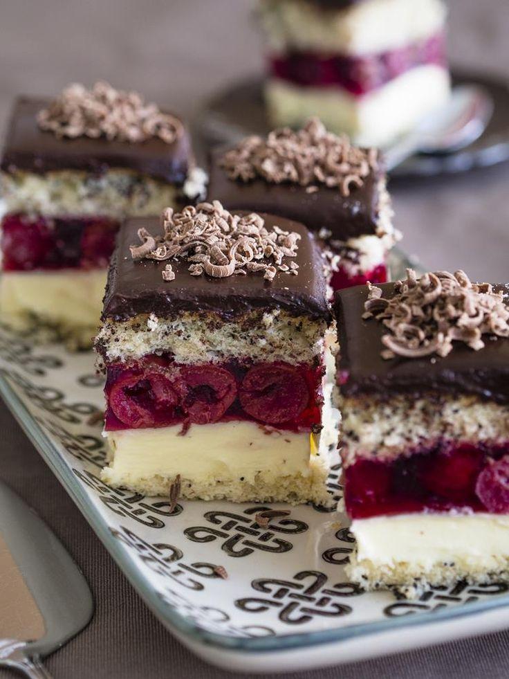 Wiśniowa fantazja - ciasto z makiem przełożone kremem budyniowym i wiśniami