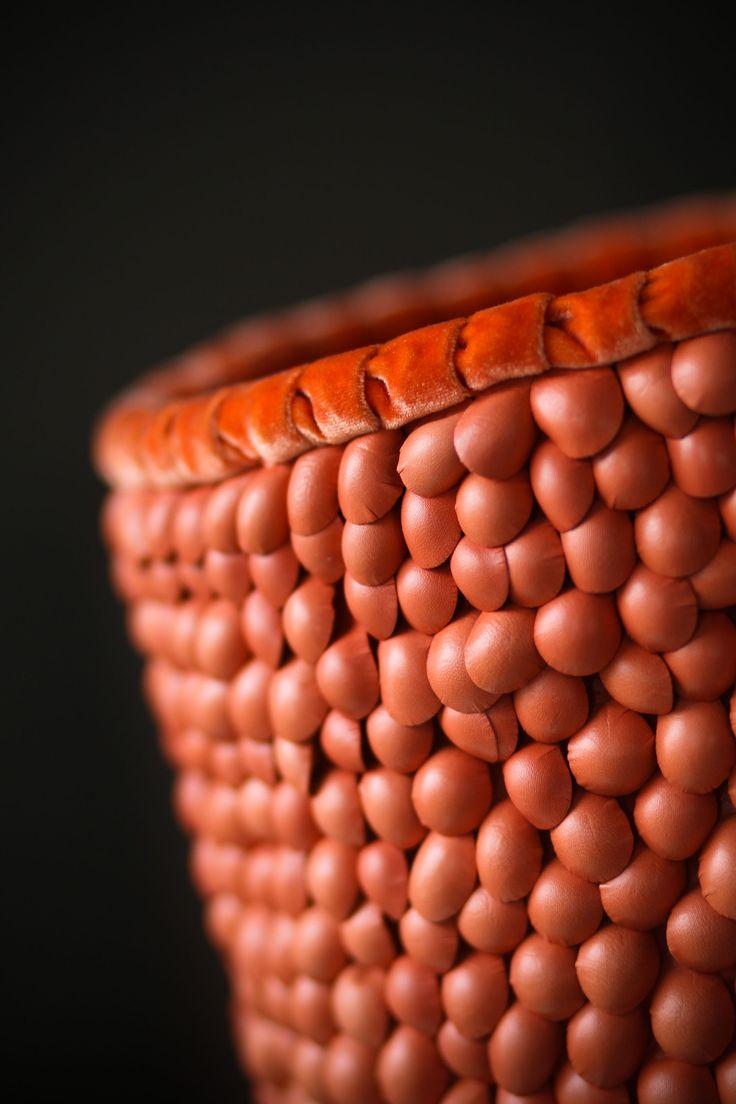 Modellata - Dettaglio lampada da tavolo con diffusore in pelle e seta, base in ferro verniciato. Modellata - Detail of table lamp with lampshade made of leather and silk, painted iron base. #lamp #fabric #abatjour #art #interiordesign #furniture