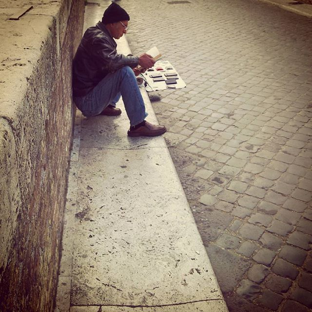 Vendo su ponte Fabricio e leggendo aspetto #igersroma #igersitalia #streetphotography #ponte  #gffamily #roma #scatti_italiani #scattirubati #pontefabricio #isolatiberina #leggere #libro #lettore #ambulante