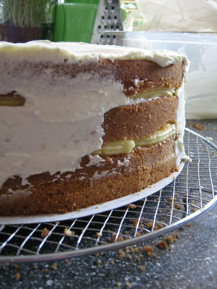 Lagen biscuittaart met vulling van banketbakkersroom en afgewerkt met botercrème