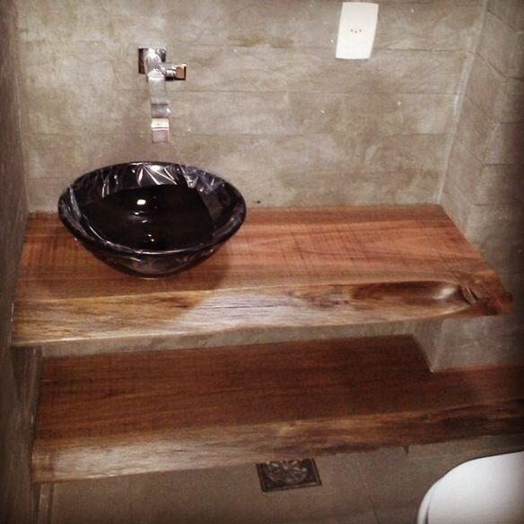 Lavabo com paredes em concreto aparente, bancada em madeira de demolição e cu -> Cuba Para Banheiro Preta