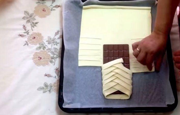 Ze wikkelt een chocoladereep in bladerdeeg en maakt daarmee de makkelijkste & lekkerste traktatie ooit!