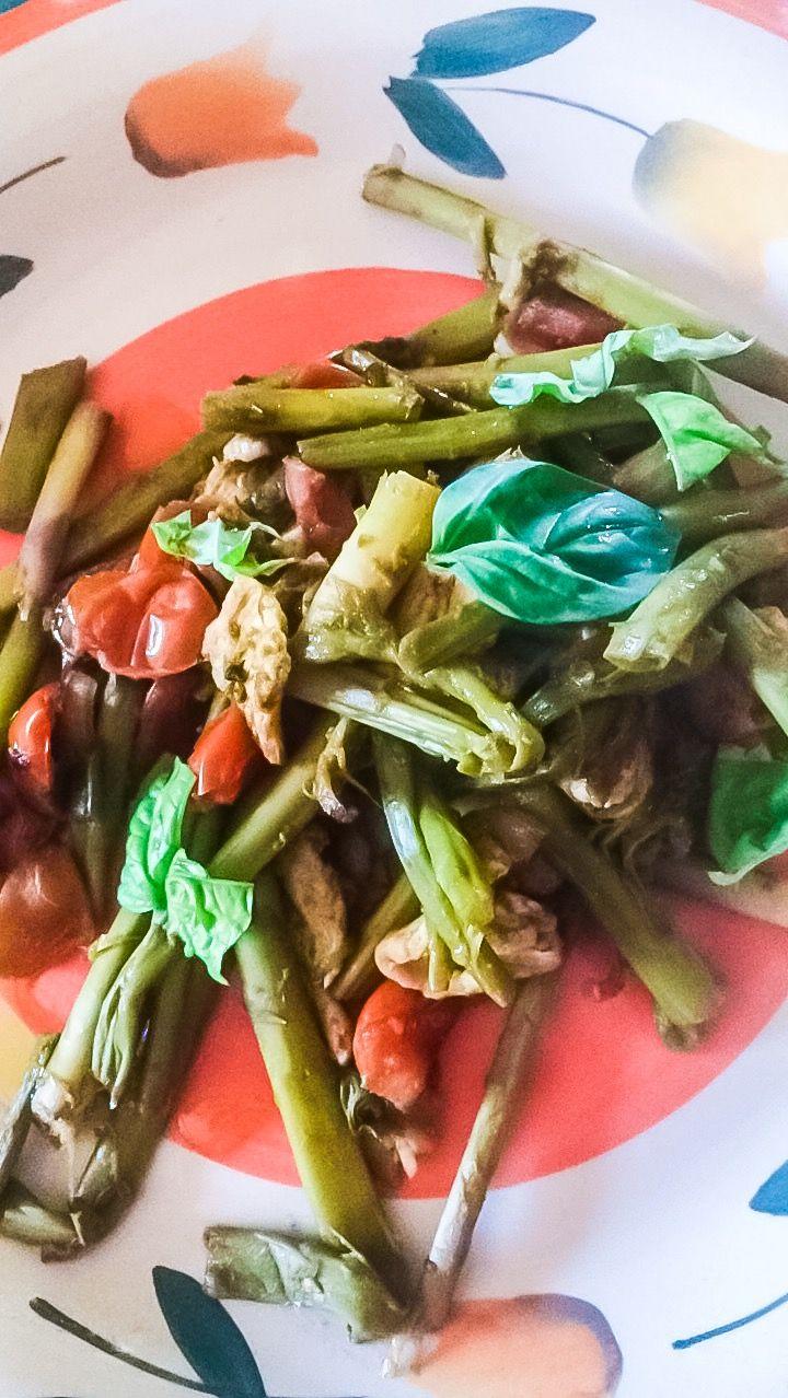 Spring Lunch:  asparagi; pomodorini; petto di tacchino; peperoncino;  basilico fresco; un cucchiaino di olio d'oliva crudo 💕 Asparagus; Cherry tomatos; Fresh basil;  Chili peppers; a teaspoon of raw olive oil 💕
