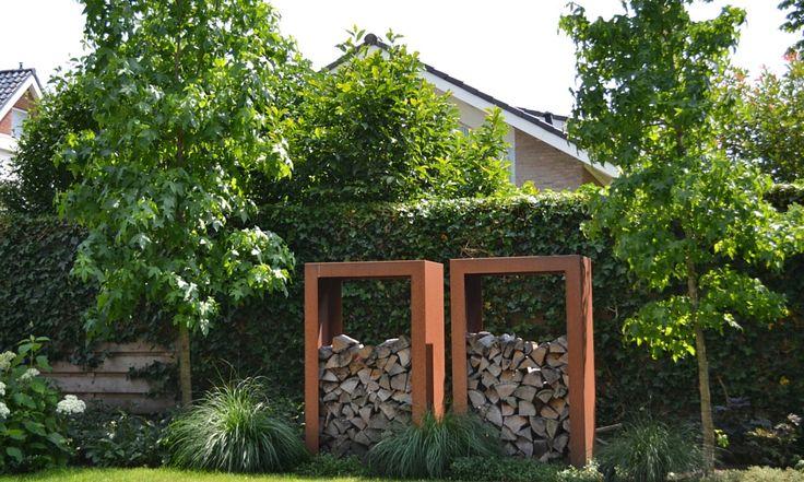 Strakke tuin | Gebruik van duurzame materialen (Schellevis en Cortenstaal) in combinatie met groentinten en mooie bomen en planten.
