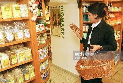 07-01 386200 06: A customer shops at an organic food store March... #arnbruck: 07-01 386200 06: A customer shops at an organic… #arnbruck