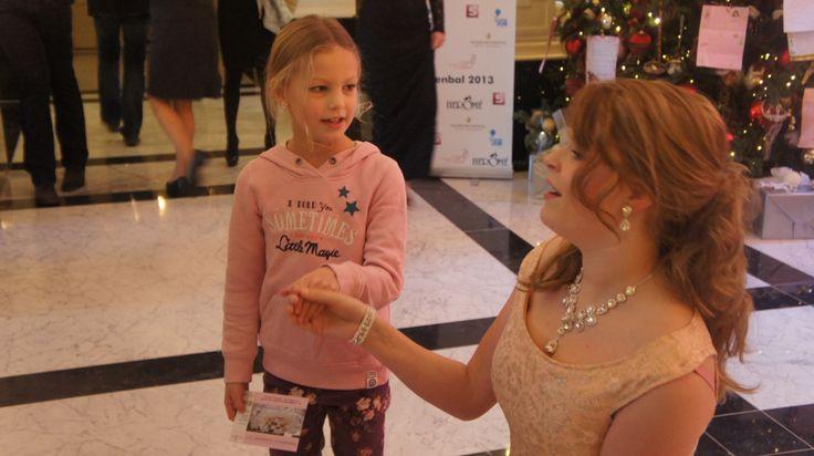 Operatalent Elize zong alle prinsesjes toe in de gangen van het Amstel Hotel.
