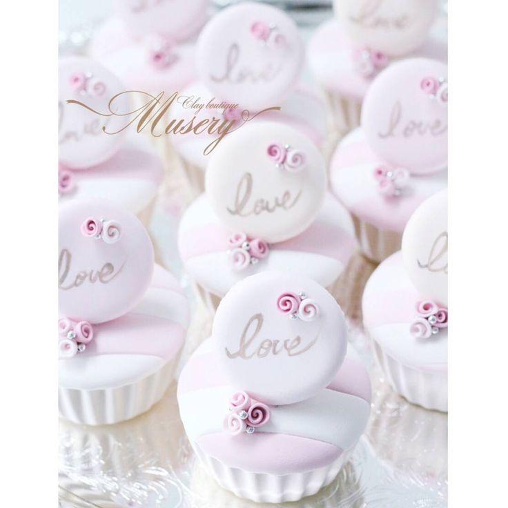"""6月18日(土) 阪急ウェディングドレスサロンにて開催されますイベント 「Tea party for Brides!」 イベントにて販売する 新商品の中から、 今日はこちらのカップケーキをご紹介致します♪ 「Museryオリジナルマカロンカップケーキ」  イベントテーマ """"花嫁女子会""""に合わせて、 キャンディブッフェスタイルで お楽しみいただけます..♪ 思わずつまんでしまいそうな Cuteなカップケーキ♡  ボーダーカップケーキに ロマンティックなマカロン♡  マカロンはベージュ・パウダーピンク・ピンクの 3色展開となっております  こちらの商品はイベント後、 阪急うめだ本店 7階 ブライダルサロン(常設) でも販売スタートとなります!  ブライダルサロンにはプレ花嫁さま以外にも、giftやご自身用にとMuseryの商品をお買い求めくださる方がとても多いと耳にし、とても嬉しく思います💞  ブライダルはもちろん、お部屋のインテリアやgiftとしてもとっても可愛い商品なので是非、皆さま足をお運びくださいませ💝 ●Musery商品の購入・オーダー・お問い合わせは…"""