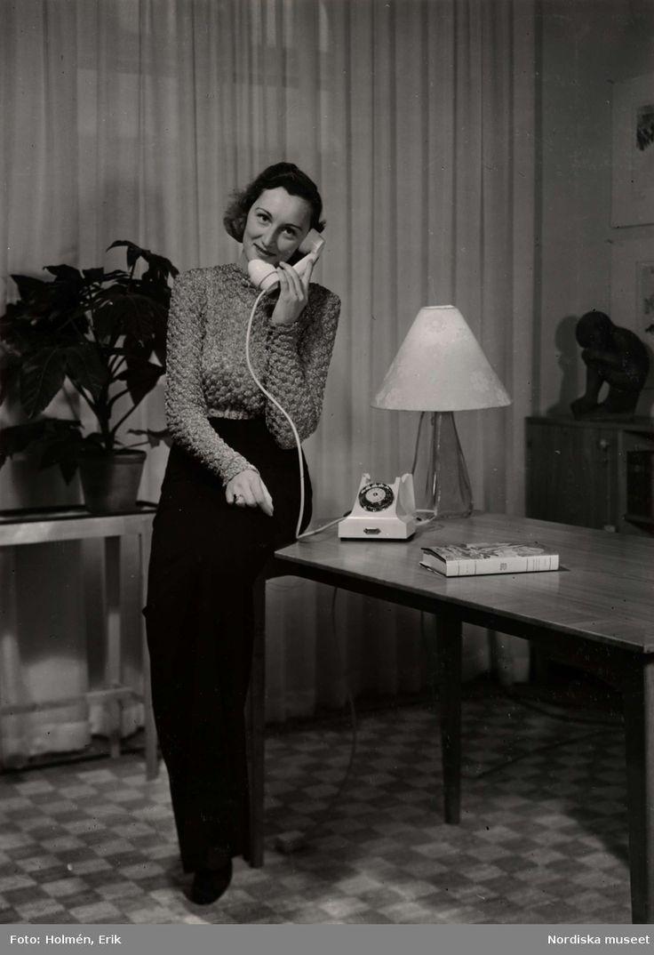 1940. En kvinna talar i telefon. Foto: Erik Holmén för Nordiska Kompaniet