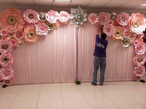 Panel de tela rosa traslucida plisada de 4.80 metros de largo y 2.40 metros de alto con detalle de #floresdepapel #dugorche en tonos rosa pastel, durazno y doradas con destellos dorados y una bella flor central de holograma color plata. Usado como fondo decorativo en celebración de #xvaños de la muy hermosa #Almasofi #floresrosa #paneldeflores #murodeflores #villahermosa #tabasco #quinceaños #misxv #hechoamano #hechoamanoconamor #paperflowerwall #paperflower #paperflowers…