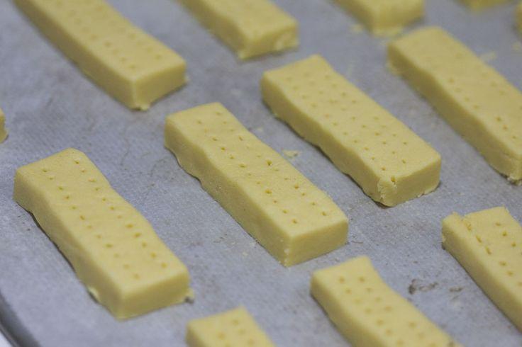 Cómo prepararShortbread. Galletas escocesas con Thermomix. Hoy traemos la receta de unas galletas de mantequilla escocesas conocidas como Shortbread. Comenzaron a elaborarse en el siglo XII y se servían de postre. A partir del siglo XVI comenzaron a elaborarse más refinadas pues se convirtieron en un capricho dulce para los más adinerados. Las galletas shortbread …