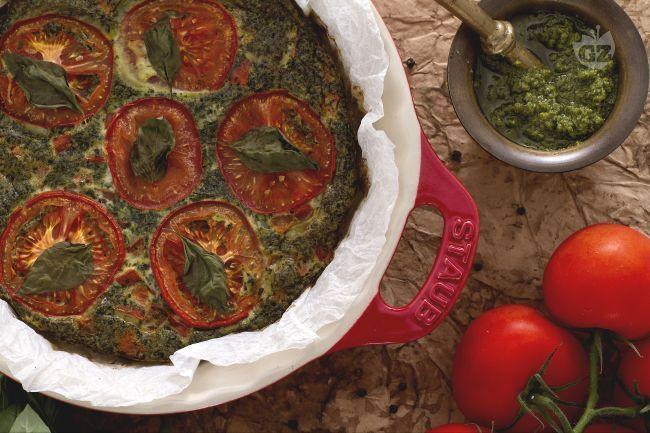 La frittata con pesto e pomodori è un piatto unico: un modo originale di cucinare le uova, con pesto genovese fatto in casa e pomodori ramati