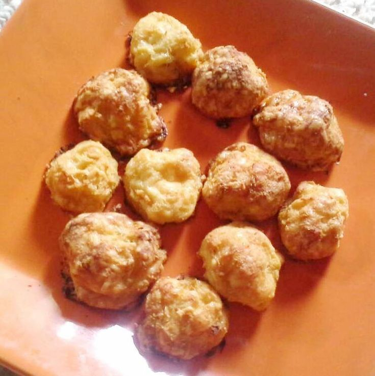 Sajtos-fokhagymás zellergolyók      Sajtos-fokhagymás zellergolyók (Nincs zeller íze)  RECEPT: Hozzávalók:  1 közepes méretű zeller (335 g pucolva) 130 g reszelt trappista sajt (laktózérzékenyeknek: laktózmentes!) csipet sóésSzafi Fitt 100%-os fokhagyma őrlemény  Elkészítés: