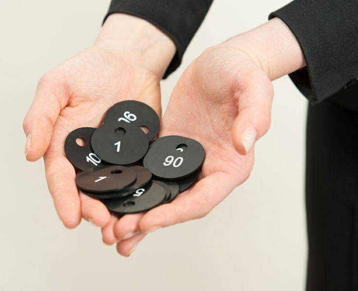 Schwarze Garderobenmarken mit weisser Schrift - http://garderoben-marken.de/2014/05/01/schwarze-garderobenmarken-mit-weisser-schrift/