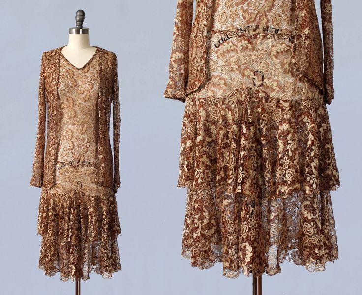 1920er Jahre Kleid / 20 s metallische Spitzenkleid Flapper und passender Jacke von GuermantesVintage auf Etsy https://www.etsy.com/de/listing/257337018/1920er-jahre-kleid-20-s-metallische