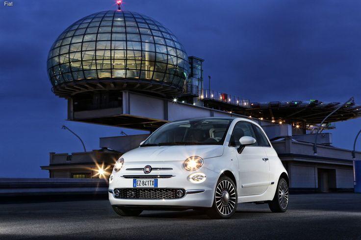 Масштабная презентация обновленного Fiat 500 состоялась 4 июля, в Италии. Реинкарнация легендарного творения Данте Джакозы стала еще более стильной и элегантной. В частности, автомобиль получил обновленный дизайн передней и задней частей кузова, включая иные бампера, облицовку радиатора, а также совершенно новую светотехнику со светодиодами. Двери и задние крылья в нижней части украсили небольшими молдингами.
