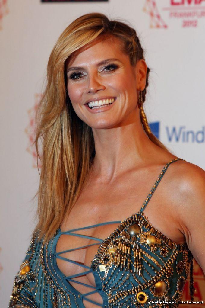 Heidi Klum también prefiere las trenzas sueltas que mantienen su melena a un lado bien ajustada