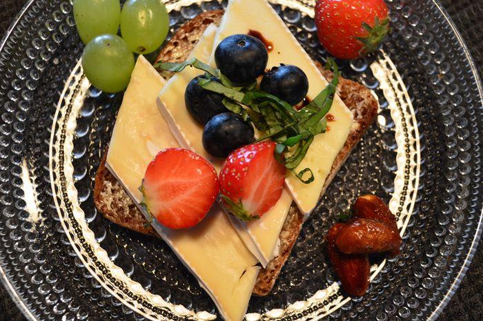 Brie-juusto ja raikkaat auringon makeuttamat marjat on täydellinen yhdistelmä. Makeat mantelit kruunaavat kokonaisuuden.
