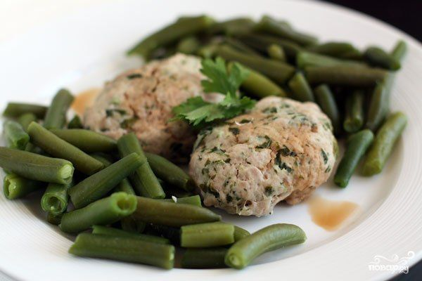 Паровые котлеты из индейки  Ингредиенты: • индейка — 500 грамм; • зелень свежая — по вкусу; • лук репчатый — 1 штука; • яйцо — 1 штука; • соль — по вкусу; • перец черный молотый — по вкусу.  Приготовление: Мясо пропустить через мясорубку вместе с очищенной луковицей. Добавить зелень и яйцо, посолить, поперчить и хорошо перемешать. Готовить в пароварке полчаса. Подавать с отваренной стручковой фасолью.