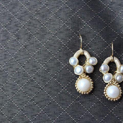 ⚡️⚡️⚡️PG⚡️⚡️⚡️ Aretes con Perlas.  Las perlas tienen un significado simbólico especial. Han sido consideradas de buena suerte y han simbolizado la pureza, la castidad, la humildad y la inocencia, porque el comienzo de su vida es un simple grano de arena que se transforma en una gema preciosa.   #patriciagarciaaccesorios #chapadeoro #handmadejewerly #diseñomexicano #mexicocreativo #fashion #jewelry #joyeriaartesanal #style #sinaloa #earrings #aretes #l4l #creativo #artemexicano