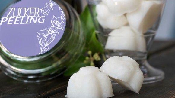 Ein festes Peeling aus Zucker, Seife und Kokosöl kann einfach selbst hergestellt werden. Hier gibt es Rezept und Anleitung für das DIY-Kosmetik Zuckerpeeling.