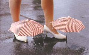 Pra que galocha quando se tem sapatos de enfermeira com guarda-chuva?! rs