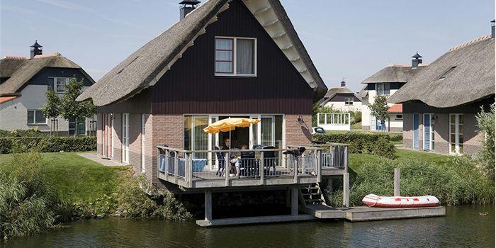 Luxe vakantiehuis aan het water en IJsselmeerstrand in Friesland. Geschikt voor grote gezinnen met 8 personen. Met groot omheind terras boven het water.