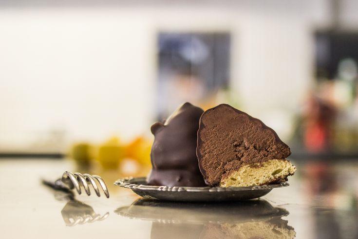 Retró süteménysorozatot kezdünk, hogy felidézzük azokat az édességeket, amelyeket rég nem látunk a cukrászdák vitrinjeiben: bohém-szelet, Utasellátó-szelet, bambi és társai. A Tátra-csúccsal