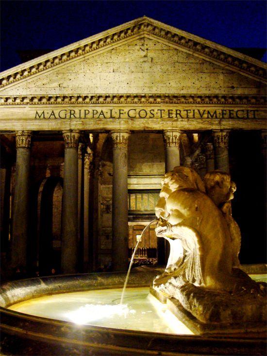 widok nocny na Panteon w Rzymie