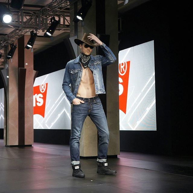 Kaki siap terlihat ramping dengan celana denim Levi's tapered yang nyaman dan bebas bergerak. #GraziaFashion #GraziaIndonesia #LevisTapered  via GRAZIA INDONESIA MAGAZINE OFFICIAL INSTAGRAM - Fashion Campaigns  Haute Couture  Advertising  Editorial Photography  Magazine Cover Designs  Supermodels  Runway Models