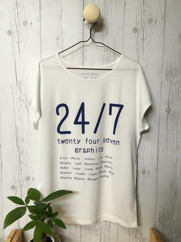※必ず備考欄にサイズをご記入ください※24/7GraphicsのロゴをモチーフにしたナチュラルなタイポグラフィデザインのドルマンTシャツです。 細めの文字でシンプルなプリント、ドルマンスリーブなのでゆるフワで可愛いコーディネートから、シンプルでオシャレなコーディネートまで体型も気にせず幅広く着用出来ます。 綿50%ポリエステル50%の肌触りが良い素材で、暑い夏でもさらりとした着心地のいい素材。プリントは明るめネイビーで白との相性抜群‼★デザインでも使われている、24/7【twenty fuor seven】とは。英語の言い回しで24hours/seven days a weekの略です。1日24時間、1週間7日間ずっと・・・「常に」や「いつも」という意味で使われます。素材:綿50% ポリエステル50% ボディー色:オフホワイト プリント色:明るめネイビー【サイズ詳細 】レデイースM:着丈68 身幅60レディースL:着丈71 身幅62(cm)presented by ARTsqueegee◎購入の際の注意点※必ずお読み下さい※■プリント色及び製品の色...