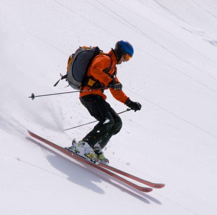 Para los aventureros de corazón, nada como esquiar o escalar una gélida montaña. Aunque sea verano, sitios como Noruega, Francia, Suiza o Argentina, son ideales para practicar esta actividad.   #Esquí #Nieve #Aventura #Montaña #Verano #Reto